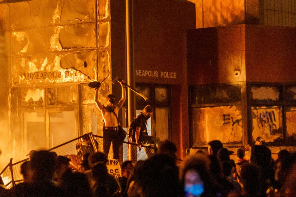 Police precinct in flames in US protest over death of black man | GG2